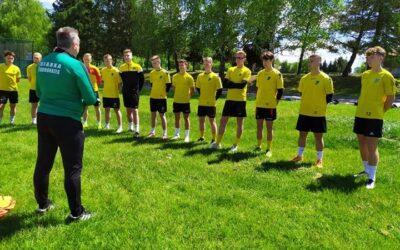 Trener I zespołu Siarki Tarnobrzeg Grzegorz Opaliński na treningu Juniorów